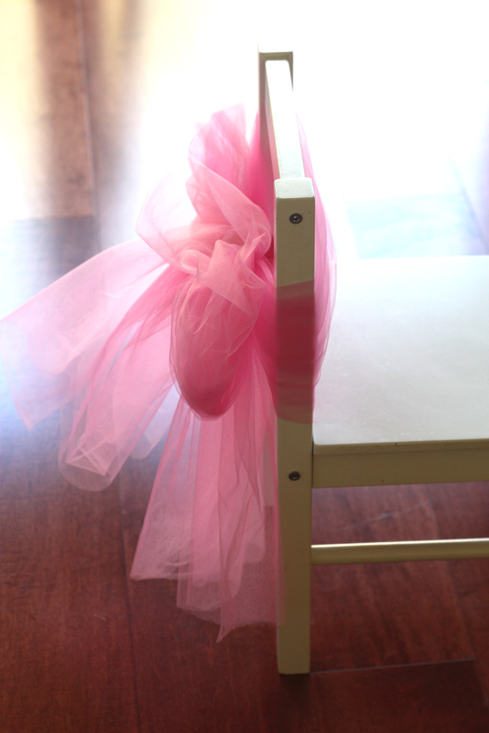 Diy how to decorate a princess party chair catch my party for Princess dekoration